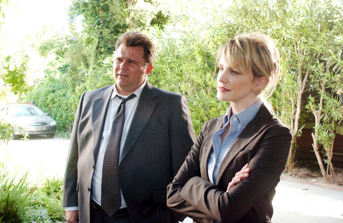 Lilly (Kathryn Morris, r.) und Nick (Jeremy Ratchford, l.) versuchen eine mysteriöse Flucht aus einem Gefängnis aufzuklären ... - Bildquelle: Warner Bros. Television