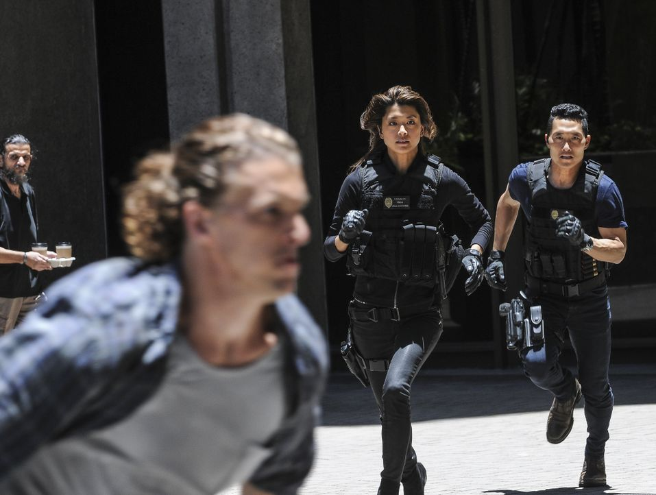 Sind Kono (Grace Park, M.) und Chin (Daniel Dae Kim, r.) hinter dem Richtigen (Jesse La Flair, l.) her? - Bildquelle: Norman Shapiro 2016 CBS Broadcasting, Inc. All Rights Reserved / Norman Shapiro