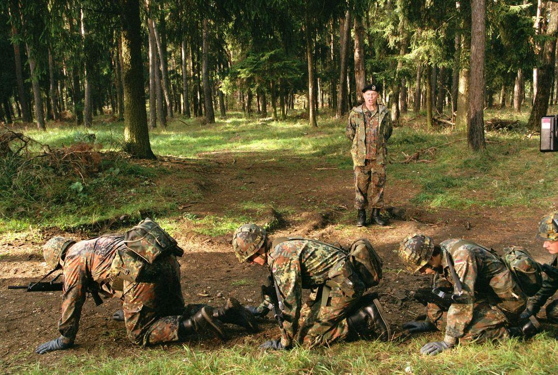 """Endlich Abi! Und jetzt zur Bundeswehr? """"Ganz sicher nicht"""", denkt sich Basti. Doch noch während seiner Abifeier wird er von den Feldjägern persön... - Bildquelle: Constantin Film"""