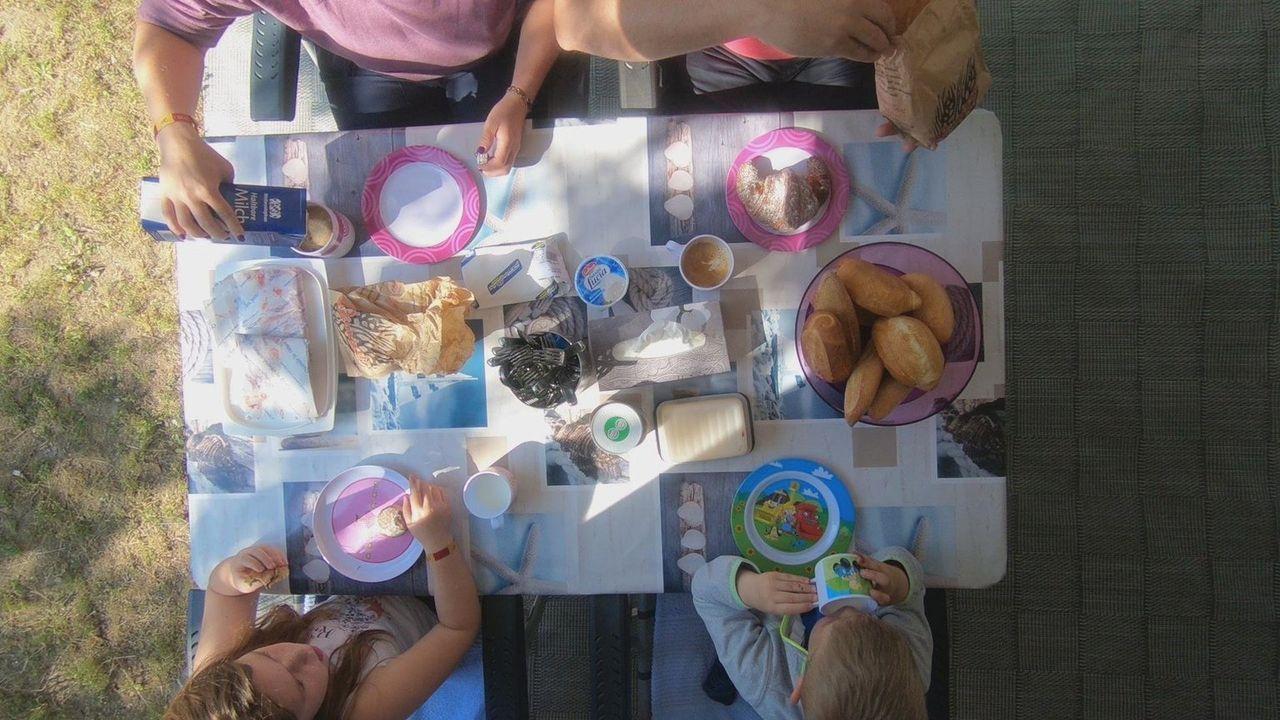 Wie gelingt es, für bis zu 12.000 Menschen saubere Sanitäranlagen, genügend Lebensmittel und Unterhaltungsmöglichkeiten zu bieten? Und was finden pa... - Bildquelle: kabel eins