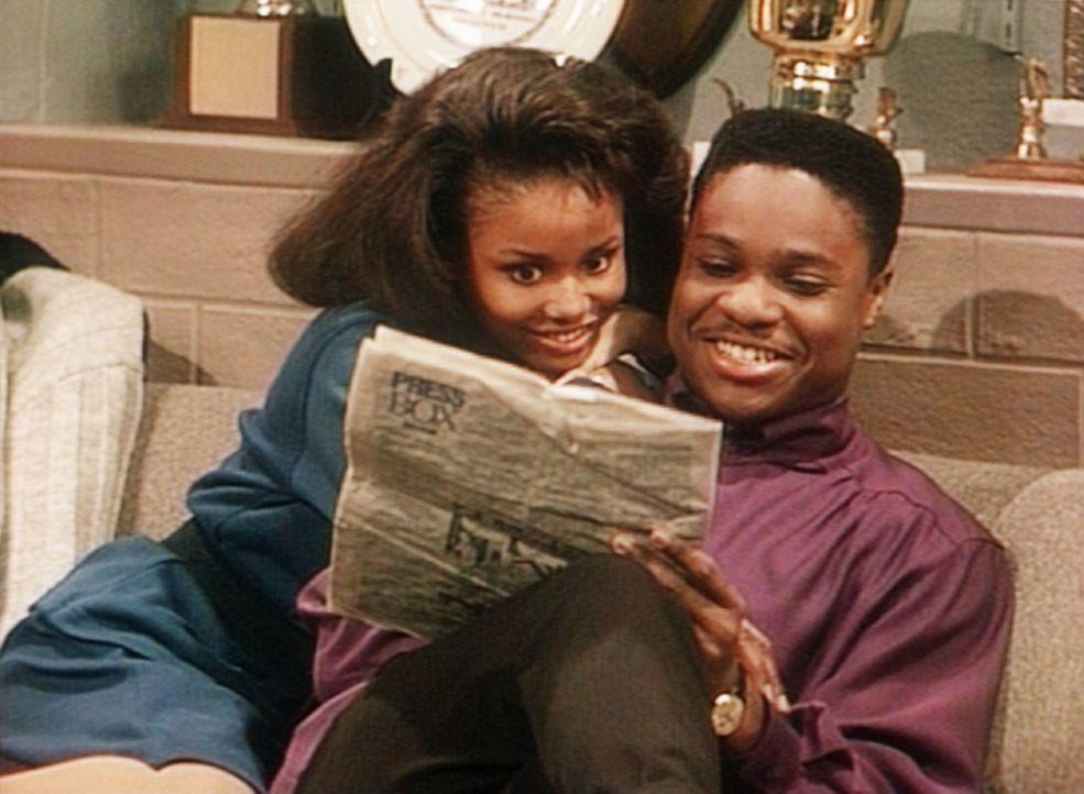 """Justine (Michelle Thomas, l.) und Theo (Malcolm-Jamal Warner, r.) studieren das Kinoprogramm, um endlich mal """"allein"""" sein zu können. - Bildquelle: Viacom"""