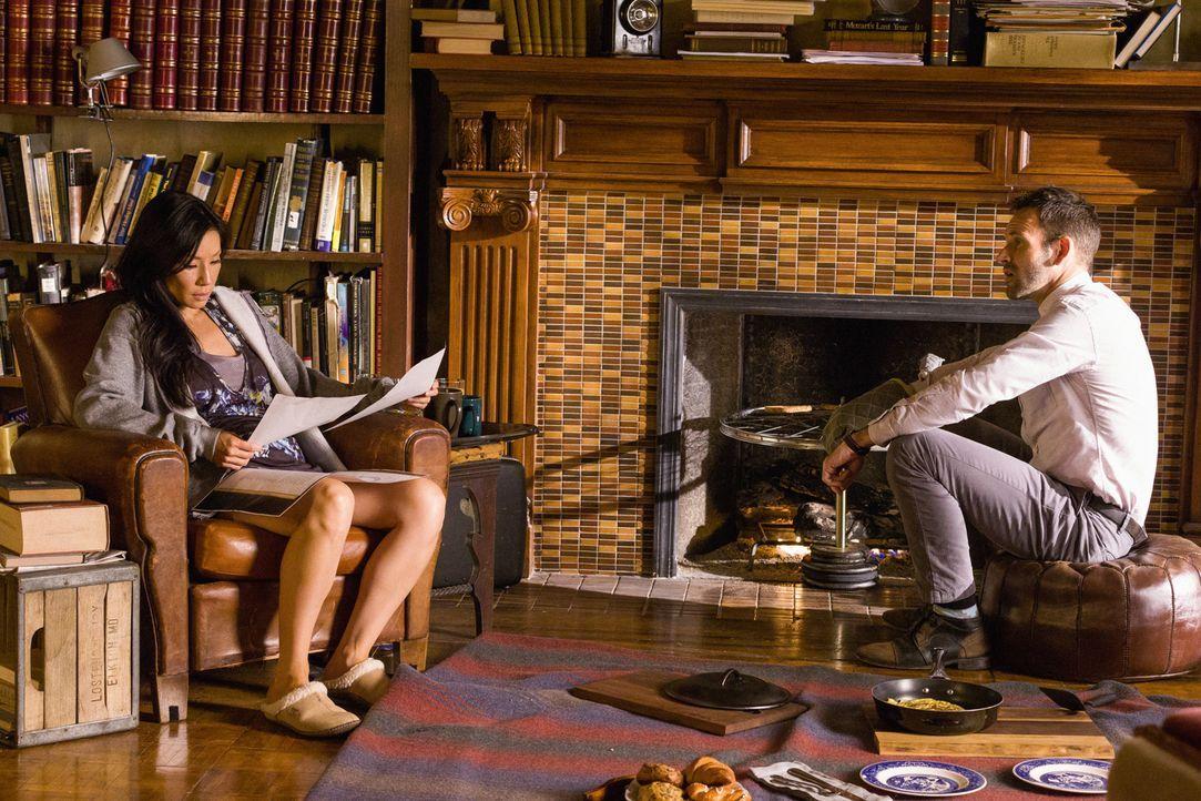Sherlock Holmes (Jonny Lee Miller, r.) und Joan Watson (Lucy Liu, l.) suchen nach einem Bauunternehmer, der vertrauliche Informationen an die Presse... - Bildquelle: CBS Television
