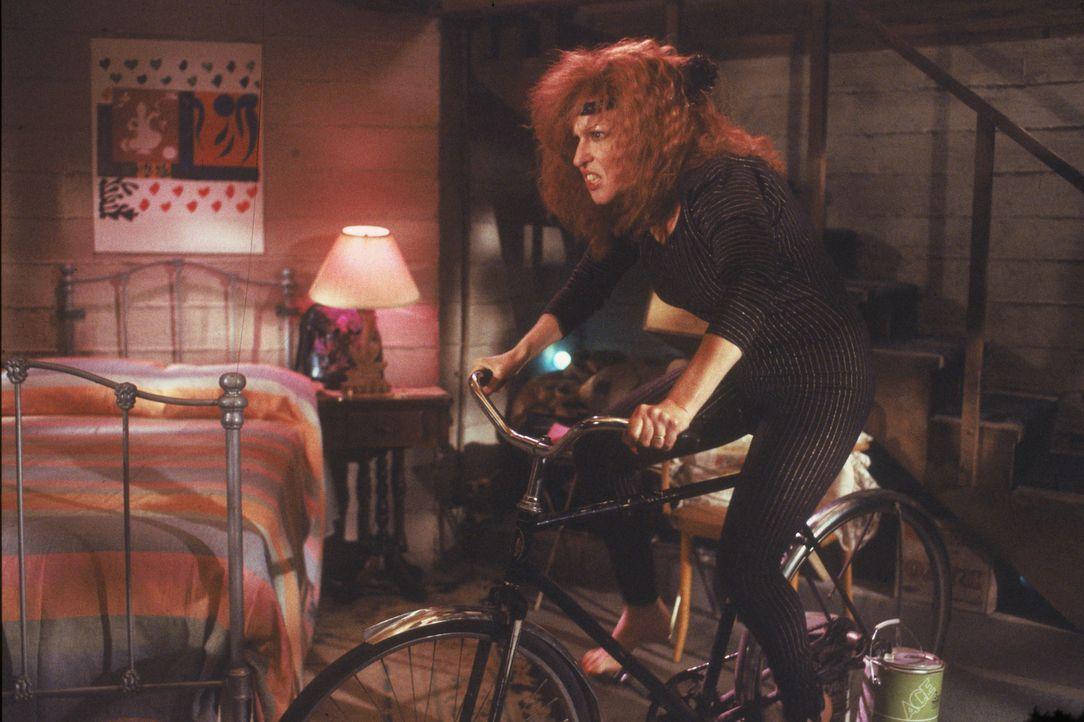 Im Keller der Entführer hält sich die Geisel Barbara Stone (Bette Midler) fit ... - Bildquelle: Laurel Moore Touchstone Pictures/Laurel Moore
