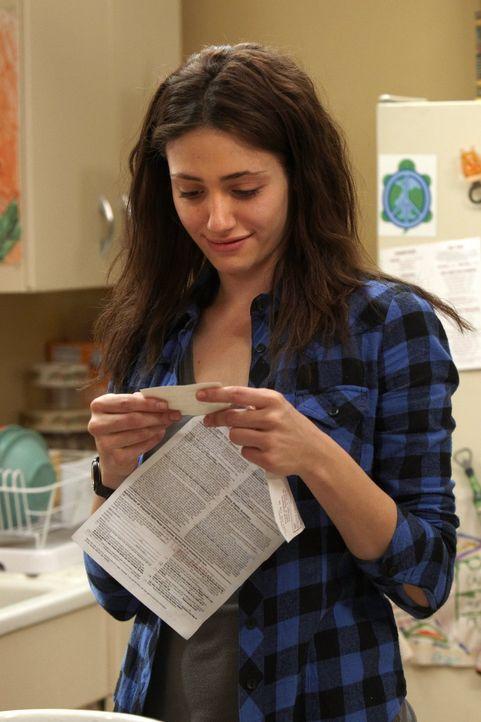 Nach der Nacht mit dem Polizisten freut sich Fiona (Emmy Rossum) über eine Karte ... - Bildquelle: 2010 Warner Brothers