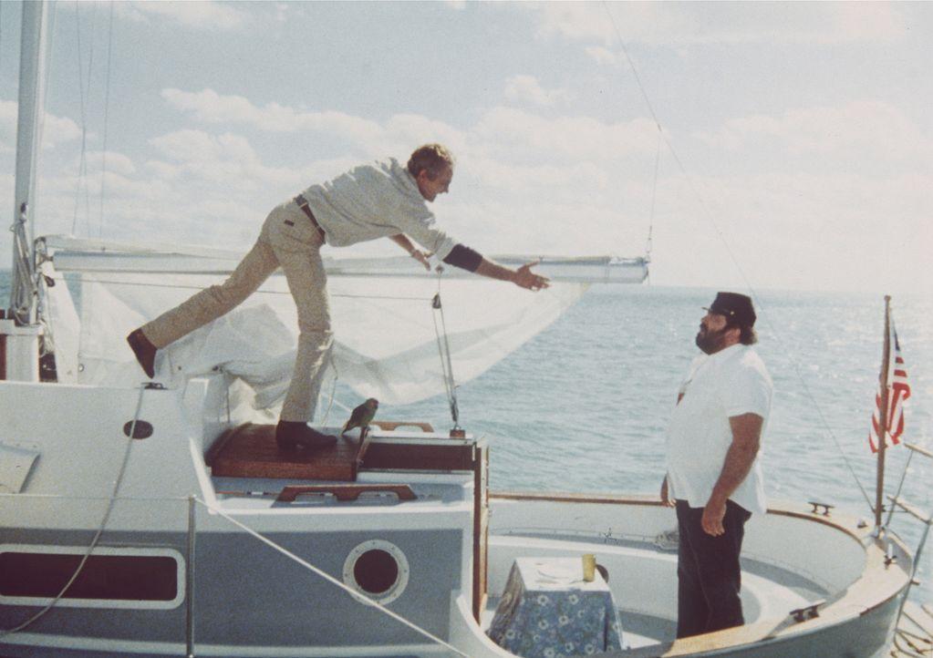 Erst auf hoher See bemerkt Charlie (Bud Spencer, r.), dass er auf seinem Boot einen blinden Passagier an Bord hat - Alan (Terence Hill, l.) ...