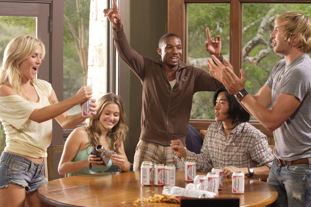 (v.l.n.r.) Chelsea (Willa Ford), Bree (Julianna Guill), Lawrence (Arlen Escarpta), Chewie (Aaron Yoo) und Nolan (Ryan Hansen) wollen ein Wochenende... - Bildquelle: 2011 BY PARAMOUNT PICTURES. ALL RIGHTS RESERVED.