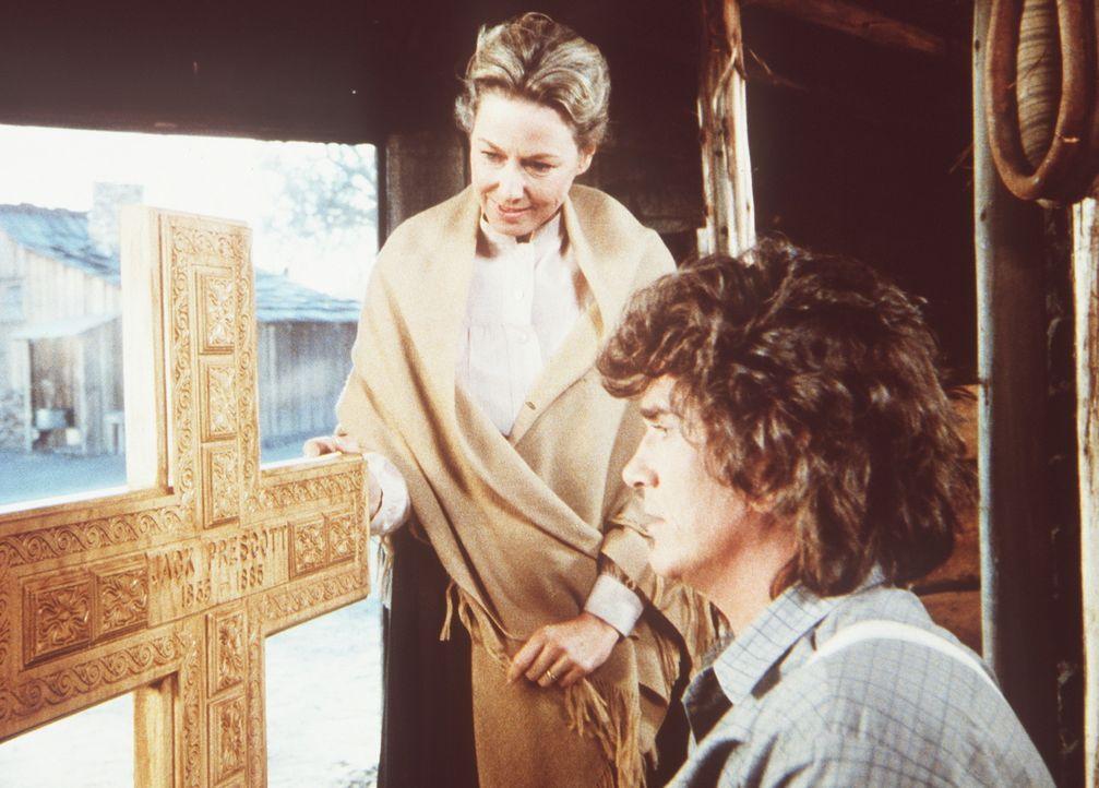 Charles Ingalls (Michael Landon, r.) hat für seinen verstorbenen Freund Jack ein Grabkreuz geschnitzt. Caroline (Karen Grassle, l.) ist von der Arb... - Bildquelle: Worldvision