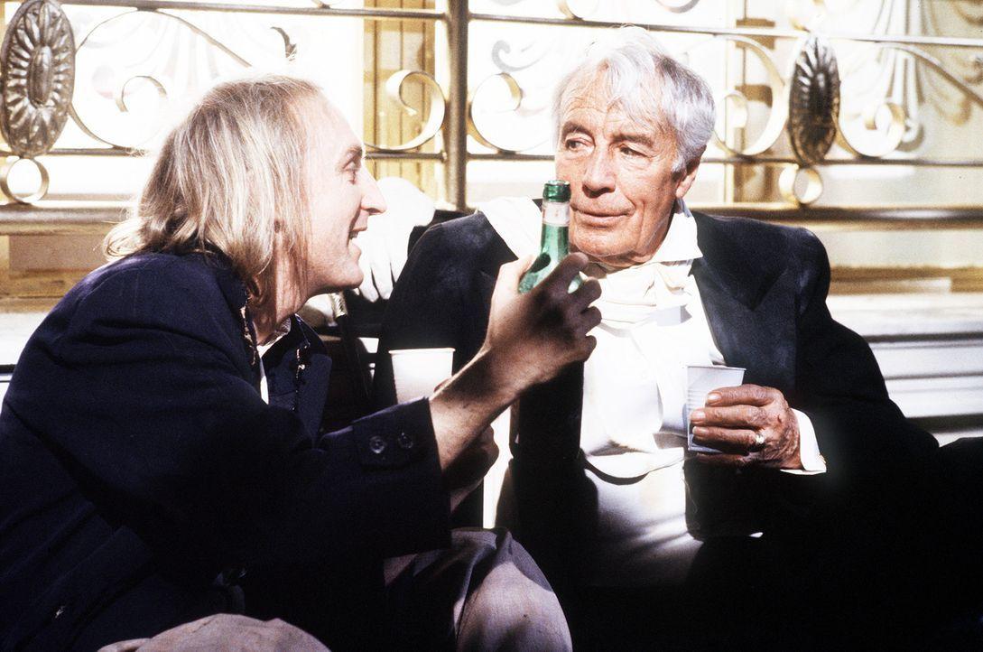 Otto (Otto Waalkes, l.) und der Bettler (Johannes Heesters, r.) haben eins gemeinsam: kein Geld ... - Bildquelle: Tobis Filmkunst