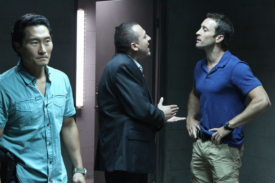 Steve (Alex O'Loughlin, r.) und Chin (Daniel Dae Kim, l.) sind außer sich vor Wut, dass Fryer (Tom Sizemore, M.) Kono zu einem Undercover-Einsatz üb... - Bildquelle: TM &   CBS Studios Inc. All Rights Reserved.