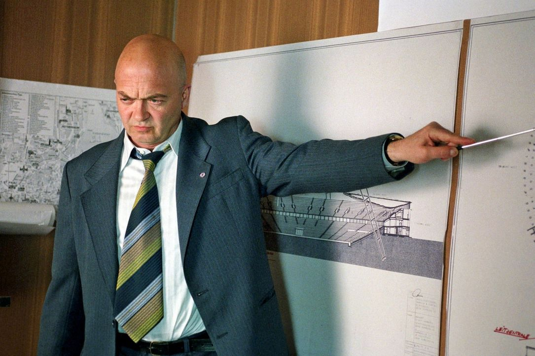 "Hauptmann Pfefferkorn (Florian Martens) erklärt Jenny und Frank die Aktion ""L.E.D.E.R."" - Bildquelle: Aki Pfeiffer Sat.1"