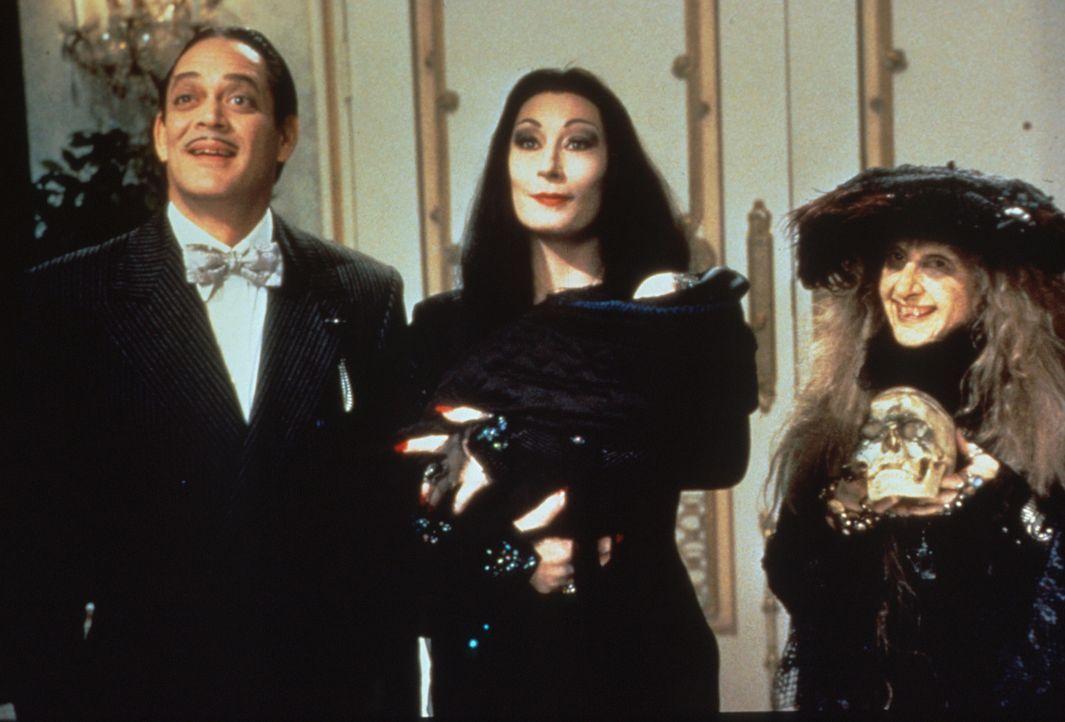 Als sich Nachwuchs einstellt, beschließt die skurrile Familie Addams, ein Kindermädchen einzustellen. Für Morticia (Anjelica Huston, M.), Gomez (... - Bildquelle: Paramount Pictures