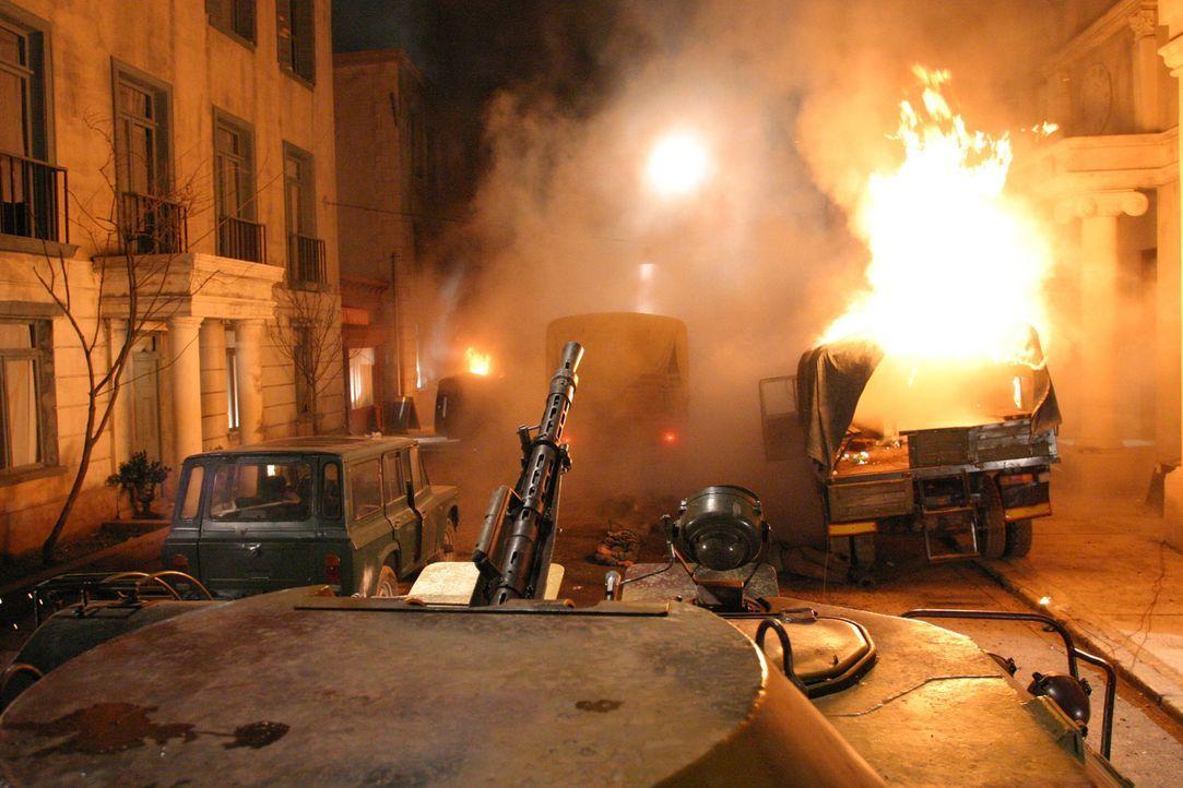 Belagert von schießwütigen Kommunisten muss der Verteidigungschef der amerikanischen Botschaft in Moldawien nicht nur die Rebellen in Schach halten,... - Bildquelle: 2005 Micro Fusion 2004-15 LLP. All rights reserved.
