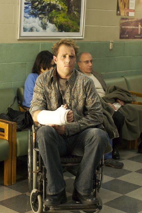 Jules (Marcus Thomas) lässt sich absichtlich den Arm brechen, um Weihnachten im Krankenhaus zu feiern, dem einzigen Ort, an dem er in seiner Kindhe... - Bildquelle: Red Rose Productions LLC