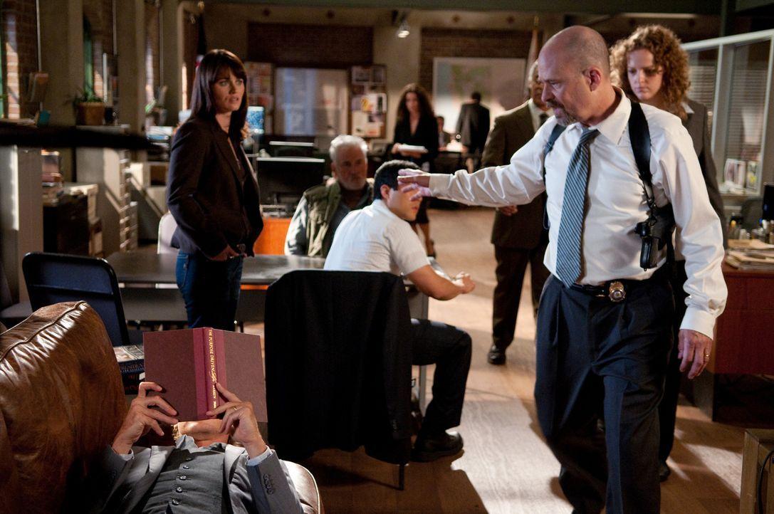 Als Agent Bosco (Terry Kinney, 2.v.r.) eine Wanze in seinem Büro findet, die Patrick Jane (Simon Baker, liegend) dort angebracht hat, schwört er Rac... - Bildquelle: Warner Bros. Television