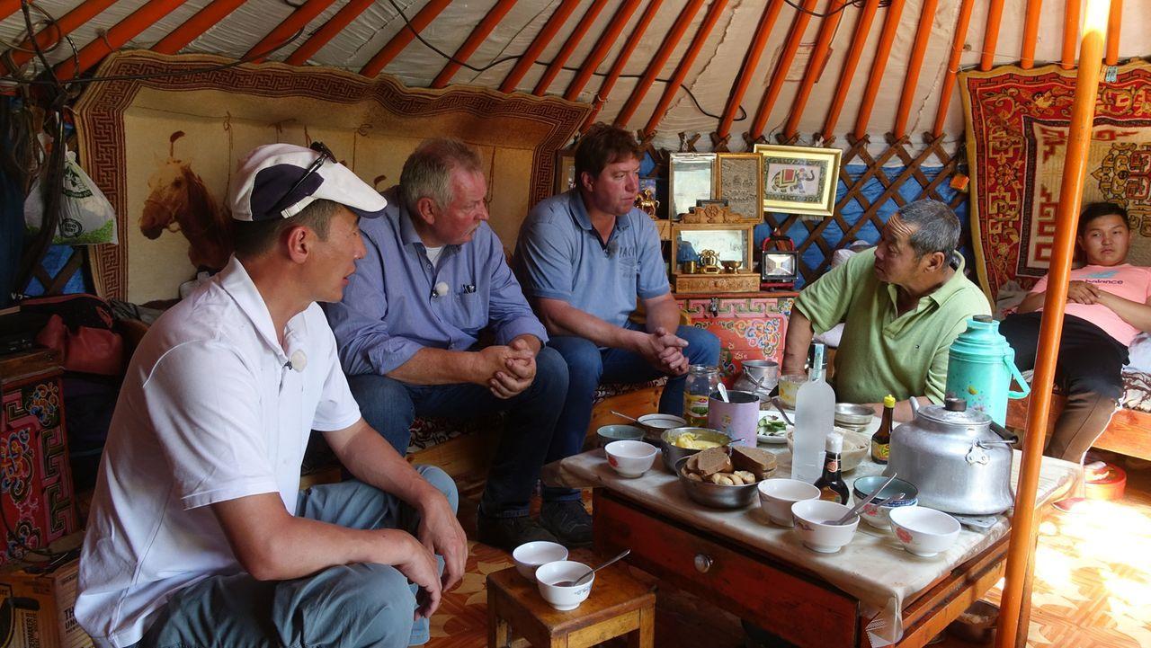 Tamme Hanken (2.v.l.) und sein bester Freund Peter (M.) reisen in die Mongolei. Beide träumen schon lange von diesem Land, in dem selbst das Wappent... - Bildquelle: kabel eins