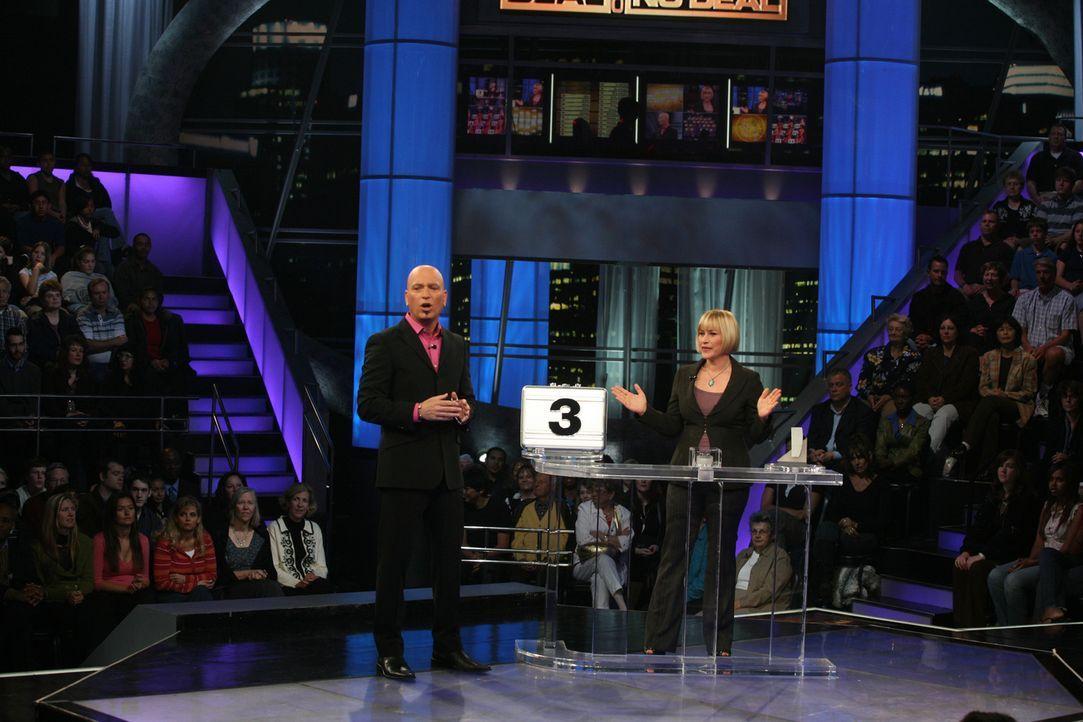 Traum oder Wirklichkeit? Der Showmaster Howie Mandel (Howie Mandel, l.) glaubt seinen Augen kaum zu trauen - Allison (Patricia Arquette, r.) räumt i... - Bildquelle: Paramount Network Television