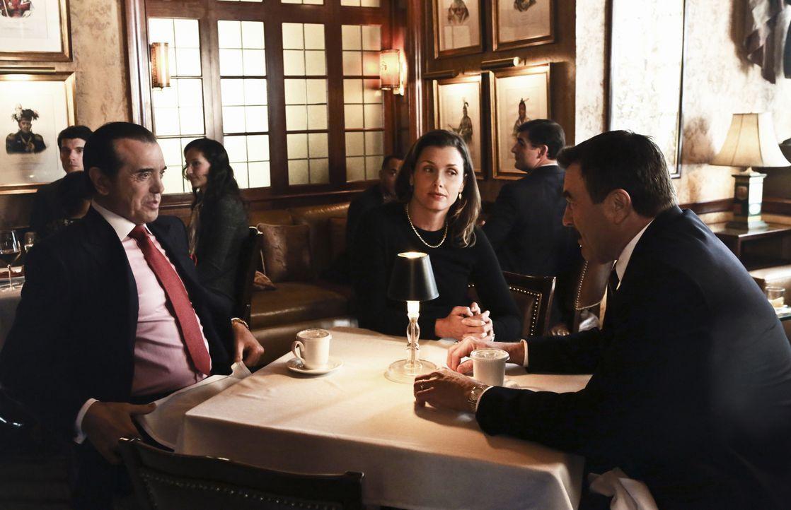 Nicht nur Erin (Bridget Moynahan, M.) ist schockiert, als sich ihr Vater Frank (Tom Selleck, r.) mit dem Mafia-Anwalt Angelo Gallo (Chazz Palminteri... - Bildquelle: Giovanni Rufino 2012 CBS Broadcasting Inc. All Rights Reserved.