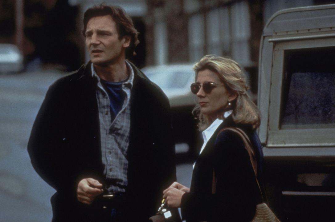 Dr. Jerome Lovell (Liam Neeson, l.) und Paula Olsen (Natasha Richardson, r.) lassen sich in Nells Nähe nieder, um sie besser beobachten zu können... - Bildquelle: 1994 TWENTIETH CENTURY FOX FILM CORPORATION All Rights Reserved.