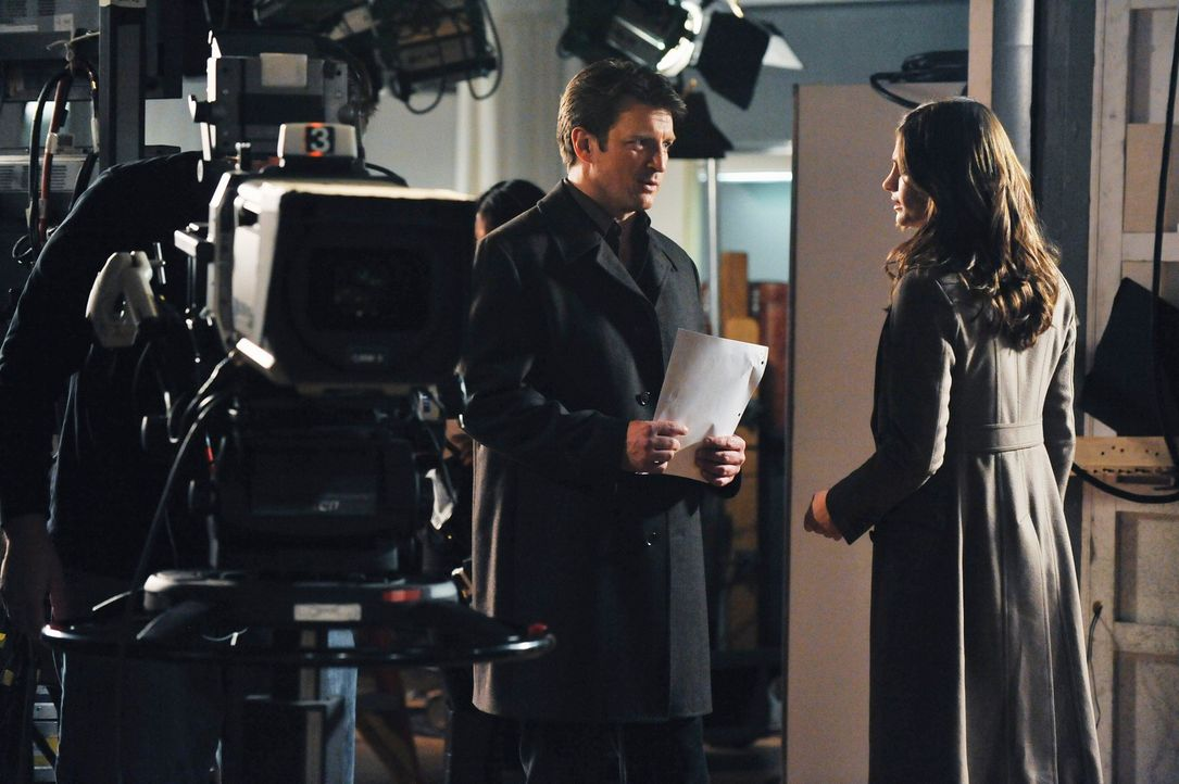 """Ermitteln am Set der erfolgreichen Seifenoper  """"Temptation Lane"""": Richard Castle (Nathan Fillion, l.) und Kate Beckett (Stana Katic, r.) - Bildquelle: ABC Studios"""
