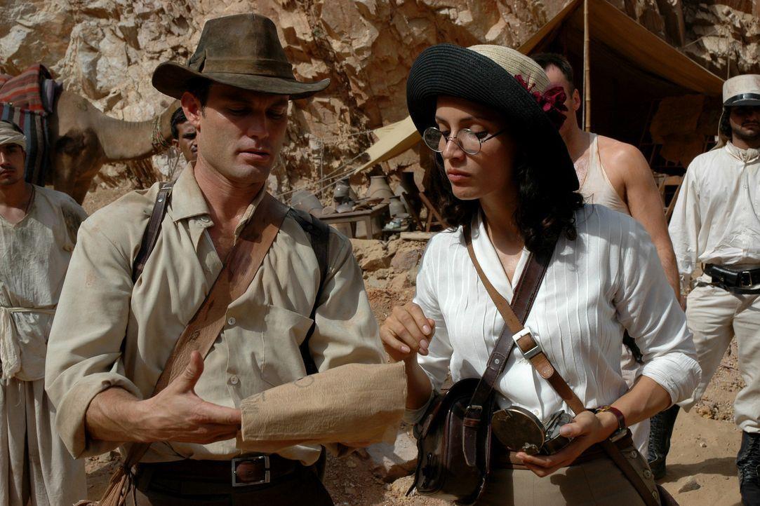Glücklicherweise gelingt es Danny Freemont (Casper Van Dien, l.), Dr. Azelia Barakat (Leonor Varela, r.) für sein Unterfangen zu gewinnen. Mit Hil... - Bildquelle: 2006 RHI Entertainment Distribution, LLC
