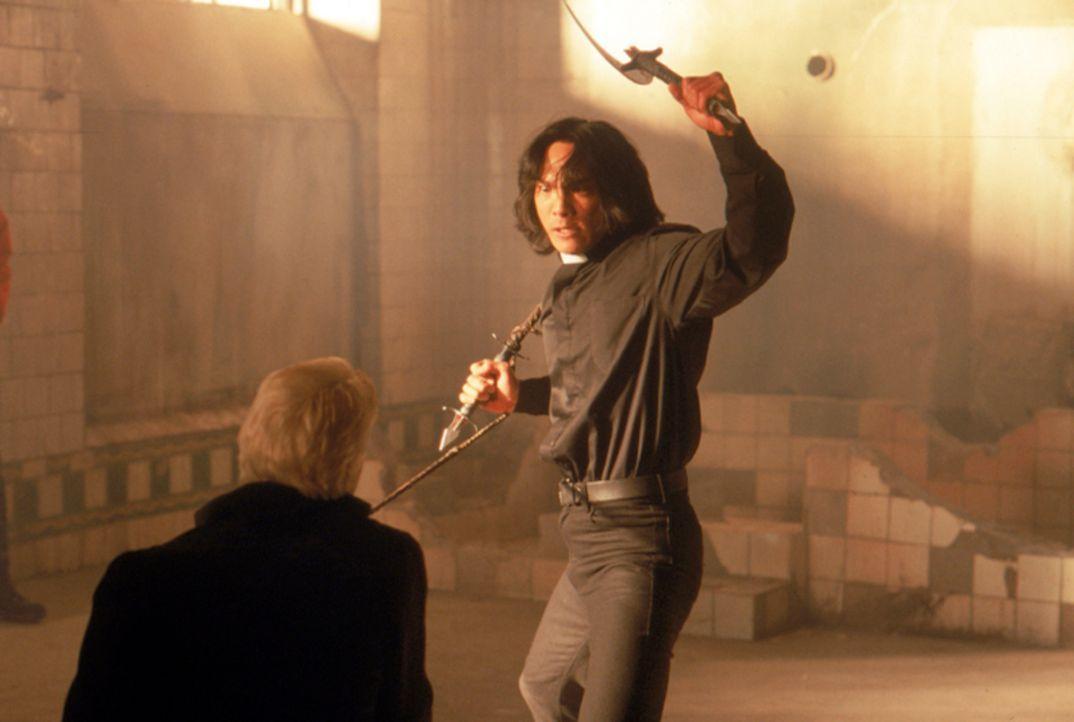 Endlich ist der große Tag gekommen, an dem Pater Uffizi (Jason Scott Lee, r.) seinem ärgsten Feind, dem Vampir Dracula (Stephen Billington, l.), p... - Bildquelle: Neo Art & Logic