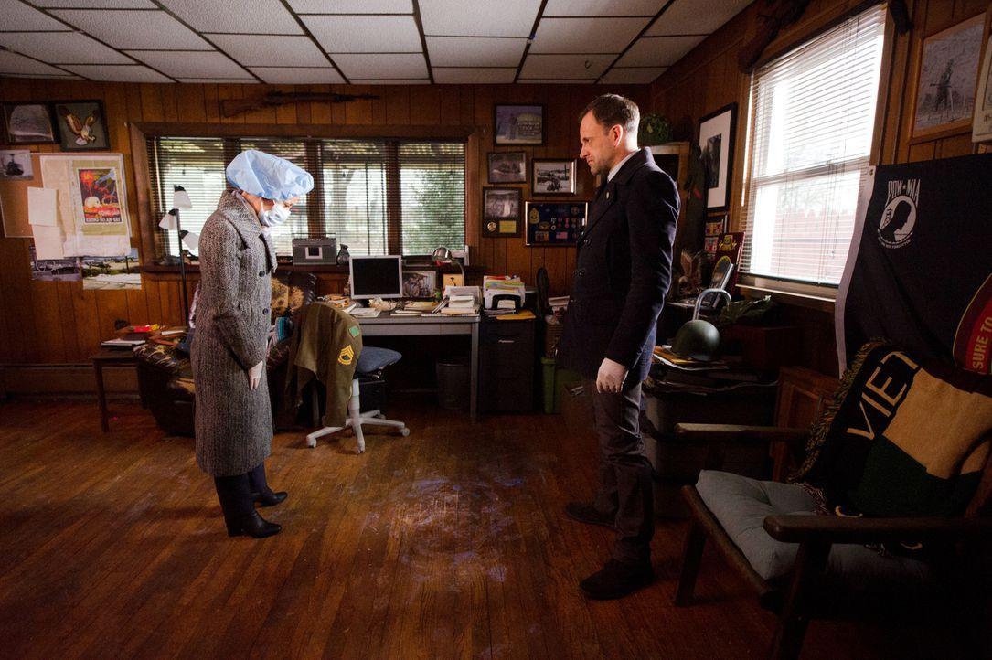 Dr. Watson (Lucy Liu, l.) und Sherlock (Jonny Lee Miller, r.) sind auf Spurensuche, denn ohne Beweise für ihre Unschuld, bleibt Watson die Hauptverd... - Bildquelle: Jeff Neira 2018 CBS Broadcasting, Inc. All Rights Reserved./ Jeff Neira