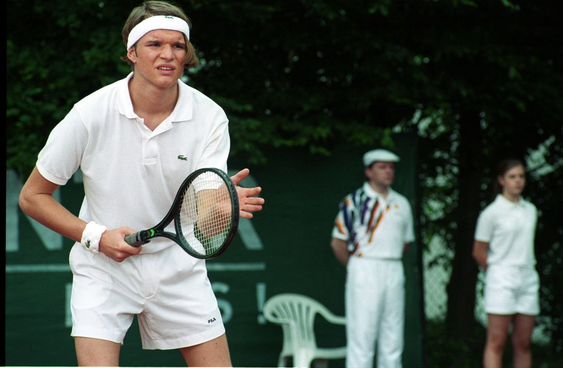"Trotz seiner noch jungen 19 Jahre, gehört Tim (Tobias Schenke) schon zu den ""Top of the World"" der angehenden Tennis-Profis. - Bildquelle: Akkord Film Produktion GmbH"
