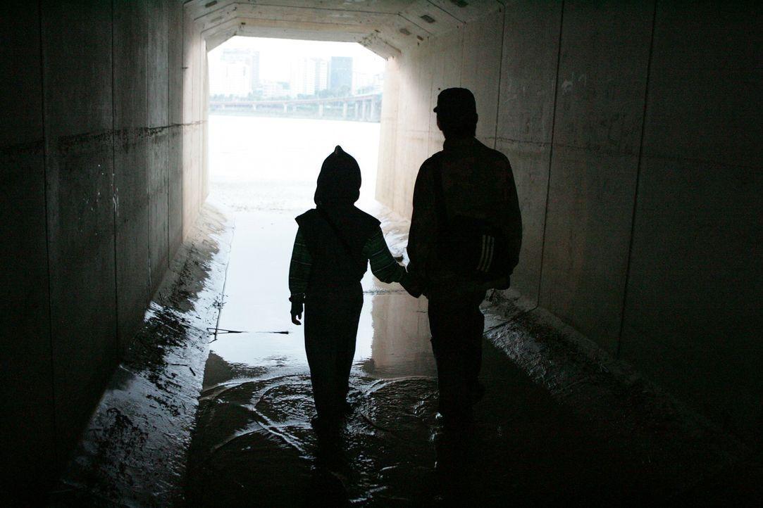 In der Kanalisation trifft Hyun-seo auf den Waisenjungen und rettet diesen. Während sie ihr Leben lässt, wächst der kleine Junge bei ihrem Vater Gan... - Bildquelle: MFA