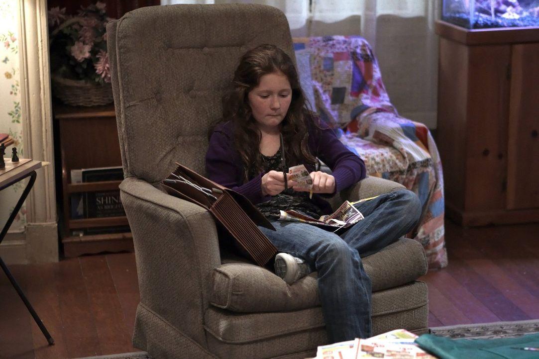 Als sie in der Schule ankommt, macht Debbie (Emma Kenney) eine schockierende Entdeckung ... - Bildquelle: 2010 Warner Brothers
