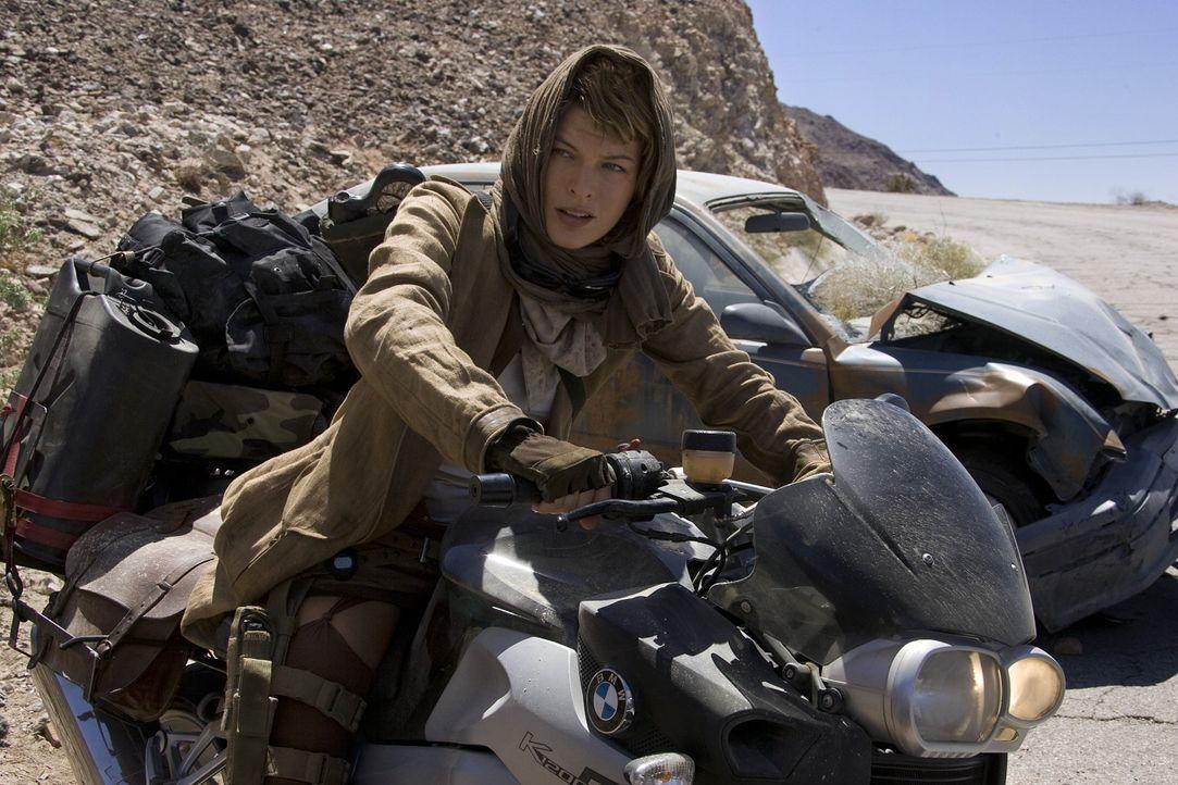 Gut getarnt versucht Alice (Milla Jovovich), die wenigen Überlebenden aufzutreiben und in Sicherheit zu bringen. Keine leichte Aufgabe ... - Bildquelle: Constantin Film