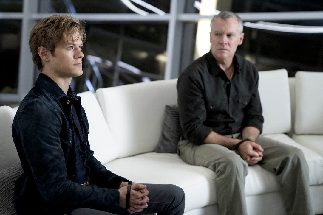 Angus MacGyver (Lucas Till, l.);  James MacGyver (Tate Donovan, r.) - Bildquelle: Mark Hill 2020 CBS Broadcasting, Inc. All Rights Reserved. / Mark Hill