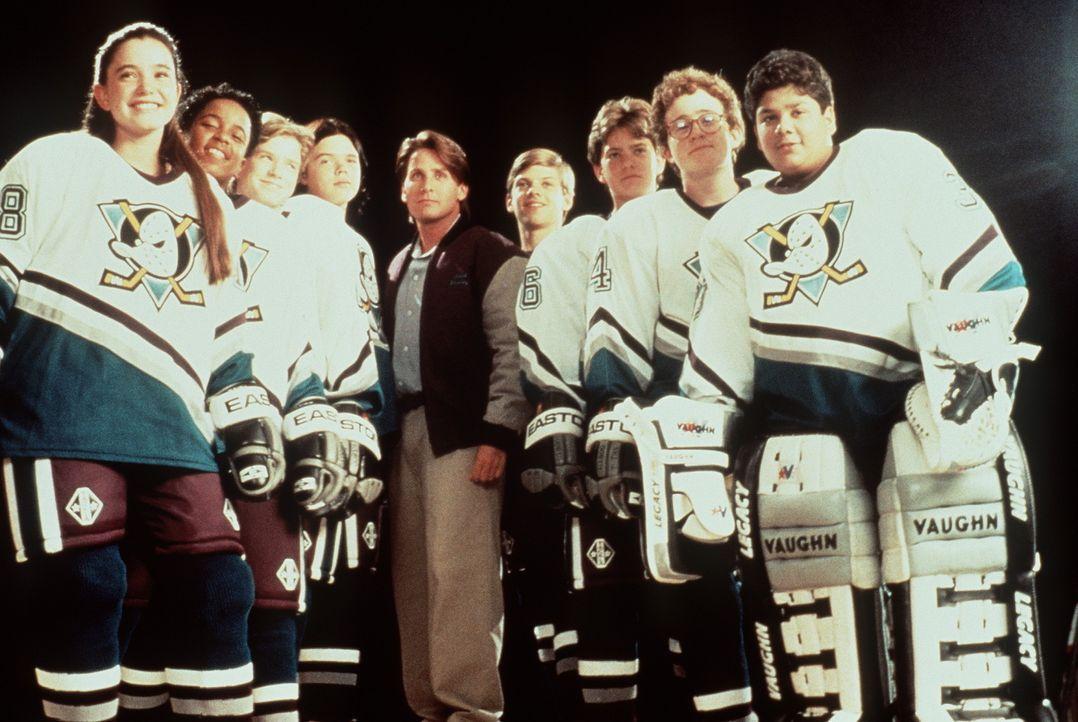 Nach einer Verletzung wird Gordon Bombay (Emilio Estevez, M.) engagiert, das Junior-Team der USA fit für die Jugend-Olympiade zu machen. Ein schwie... - Bildquelle: Walt Disney Pictures