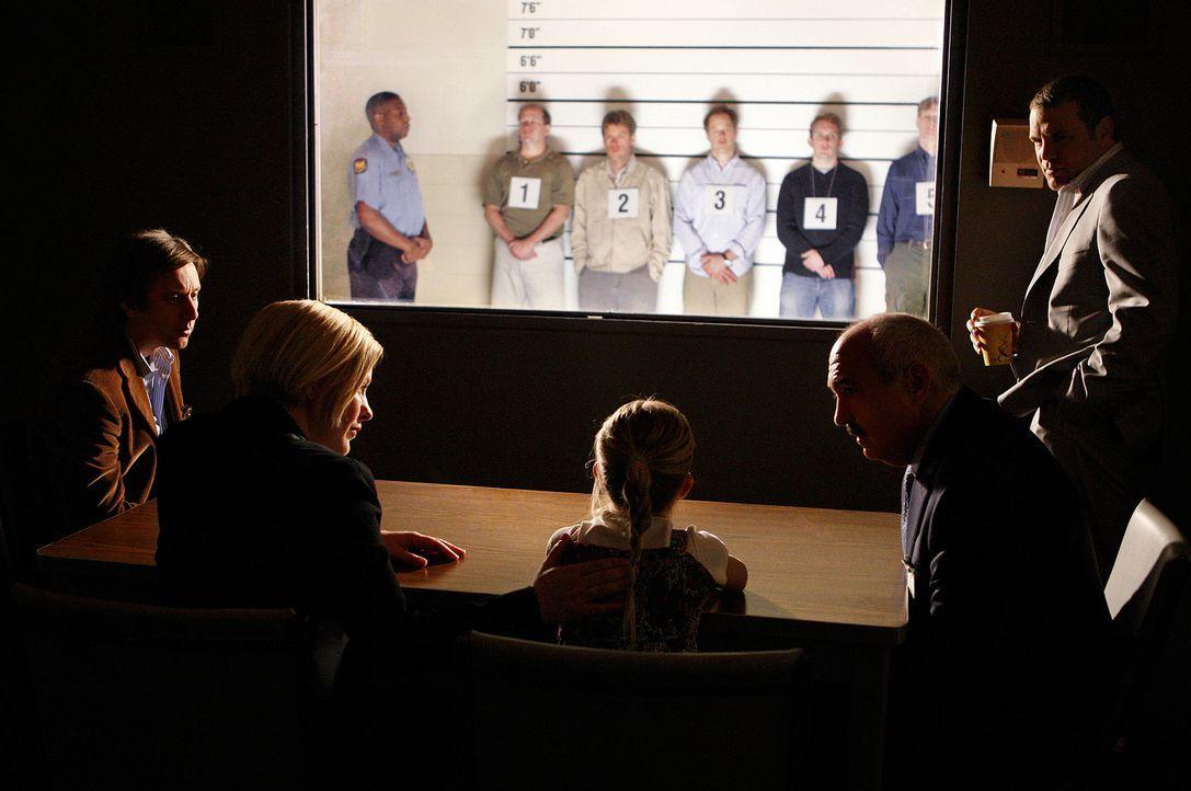 Joe (Jake Weber, l.), Allison (Patricia Arquette, vorne 2.v.l.), Devalos (Miguel Sandoval, vorne 2.v.r.) und Lee Scanlon (David Cubitt, r.) hoffen,... - Bildquelle: 2010 CBS Broadcasting Inc.