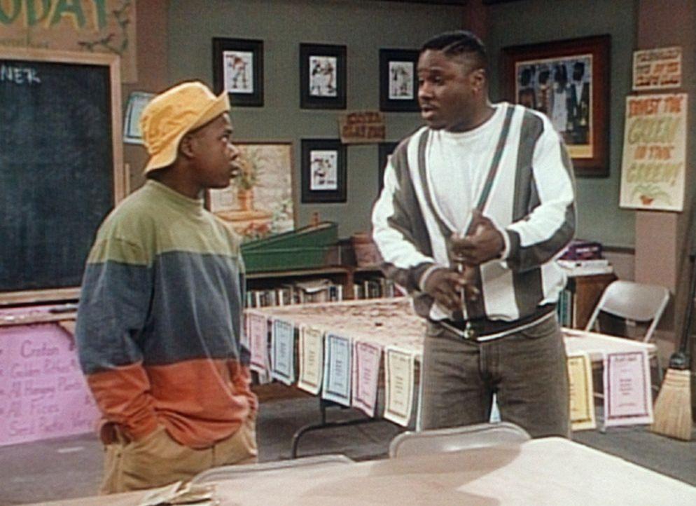 Theo (Malcolm-Jamal Warner, r.) überzeugt Rahin (Kennon Scott, l.) davon, dass es besser ist, gefundenes Geld abzugeben. - Bildquelle: Viacom