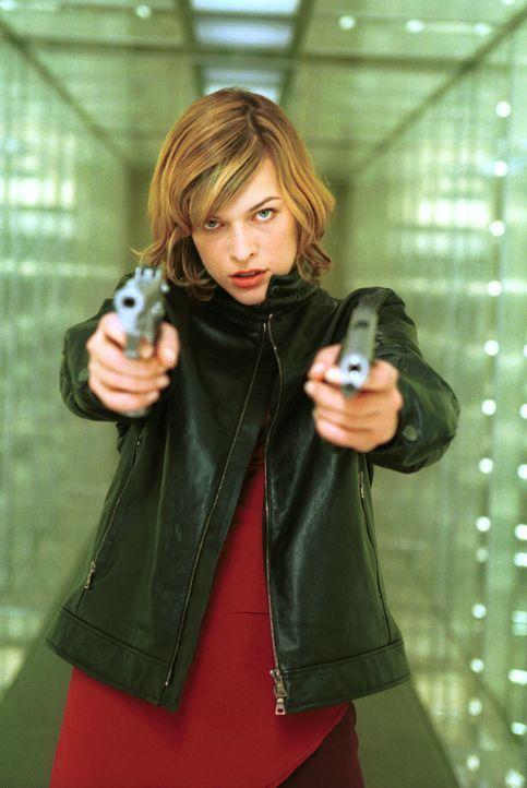 Zu spät wird Alice (Milla Jovovich) klar, welche Gefahren von dem T-Virus wirklich ausgehen ... - Bildquelle: Constantin Film Verleih GmbH