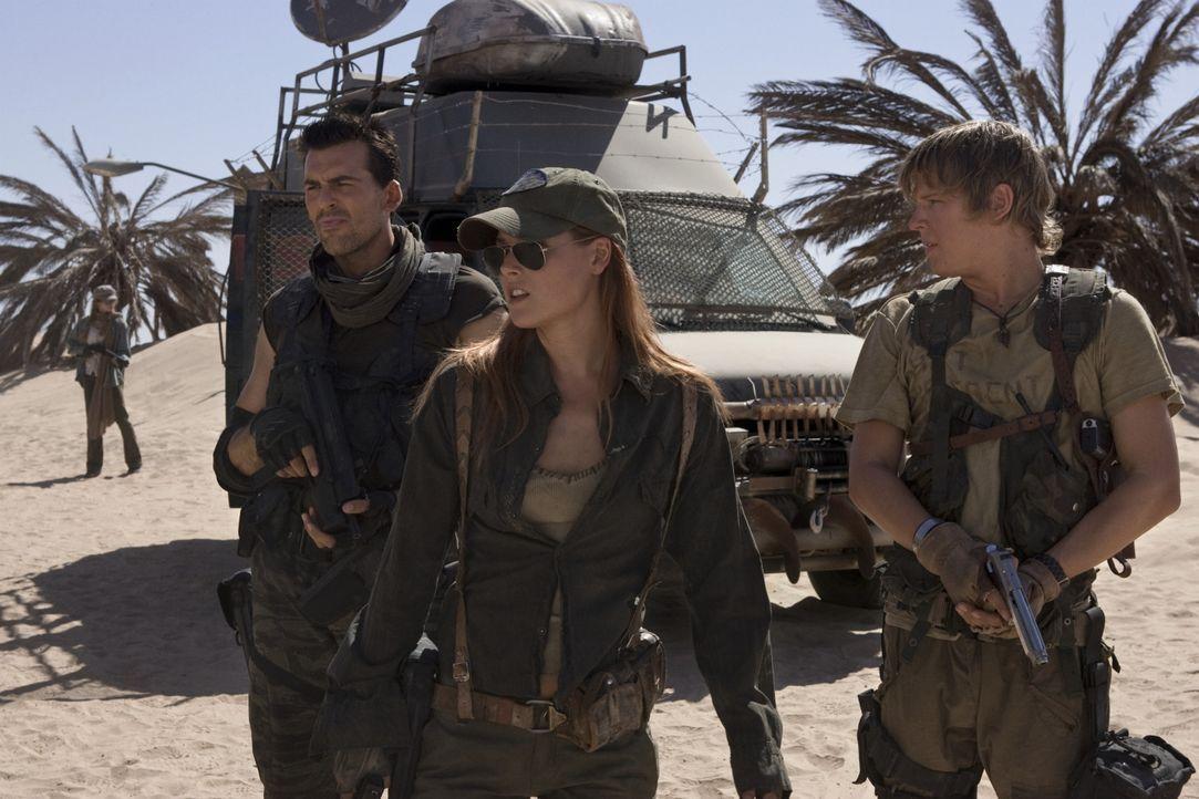 Claire (Ali Larter, M.), Carlos (Oded Fehr, l.) und Mikey (Christopher Egan, r.) sind auf der Flucht nach Alaska, denn dort soll es einen Ort geben,... - Bildquelle: Constantin Film