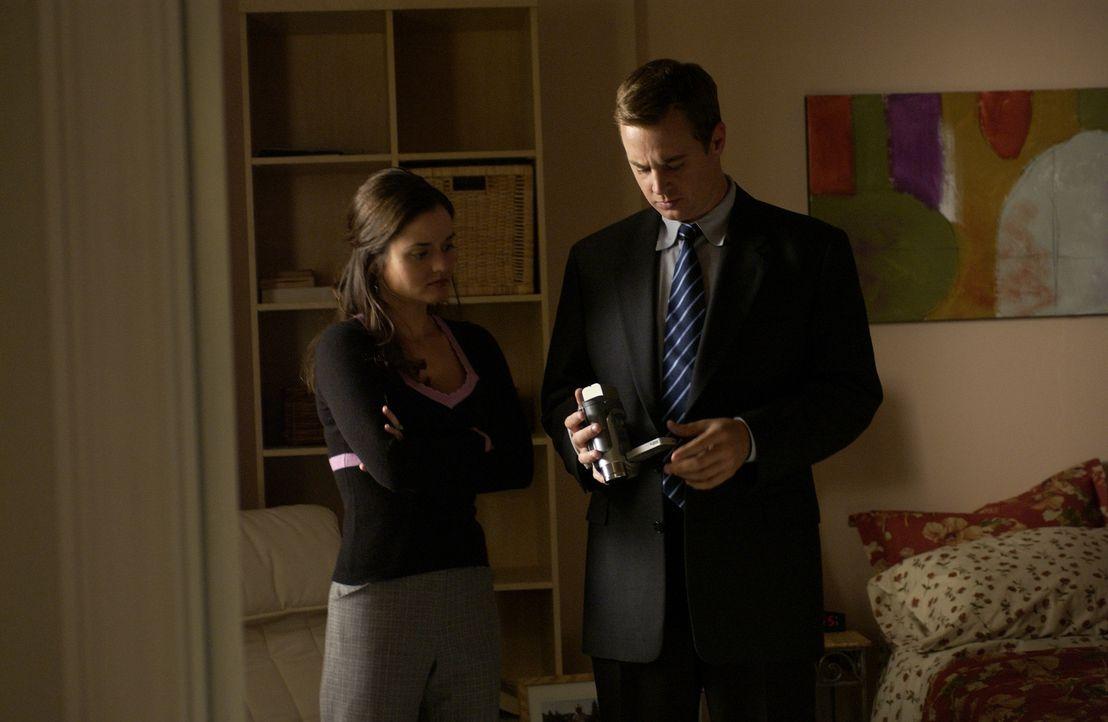Die junge Programmiererin Erin (Danica McKellar, l.) behauptet, einen Mord beobachtet zu haben, doch niemand außer McGee (Sean Murray, r.) will ihr... - Bildquelle: CBS Television