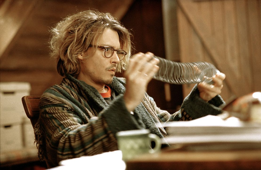 Der Panic Room von Krimiautor Mort Rainey (Johnny Depp) ist eine einsame Hütte in den Wäldern um New York, fern von Mobilfunknetzen oder sonstigen... - Bildquelle: Sony Pictures Television International. All Rights Reserved.