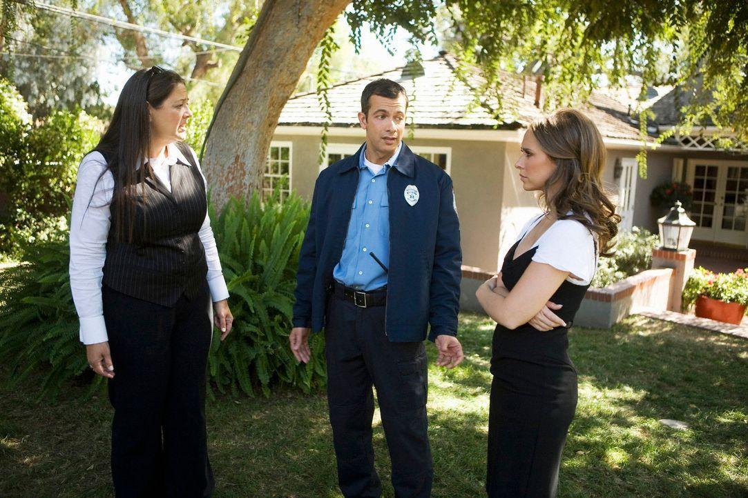 Delia (Camryn Manheim, l.) ist mal wieder als Maklerin unterwegs. Sie soll die Villa der Familie Bancraft  verkaufen. Von Bobby Tooch (Dariush Kasha... - Bildquelle: ABC Studios