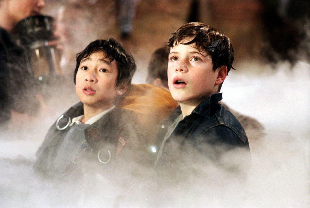 In dem Schatztunnel geraten Data (Ke Huy-Quan, l.) und Brand (Josh Brolin, r.) in ein gefährliches Labyrinth aus reißenden Flüssen und hinabstürzend... - Bildquelle: Warner Bros.