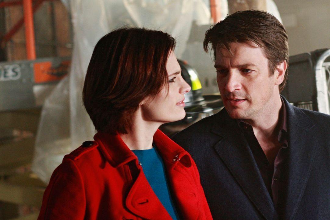 Im Verlauf der Ermittlung erfährt Castle (Nathan Fillion, r.), welchen persönlichen Verlust Kate Beckett (Stana Katic, l.) zu verkraften hatte ... - Bildquelle: ABC Studios