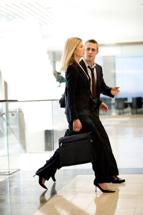 Ist Willys (Ryan Gosling, r.) Verlangen nach Macht und seine Affäre mit einer sexy und ambitionierten Anwältin (Rosamund Pike, l.) aus der neuen K... - Bildquelle: Warner Brothers