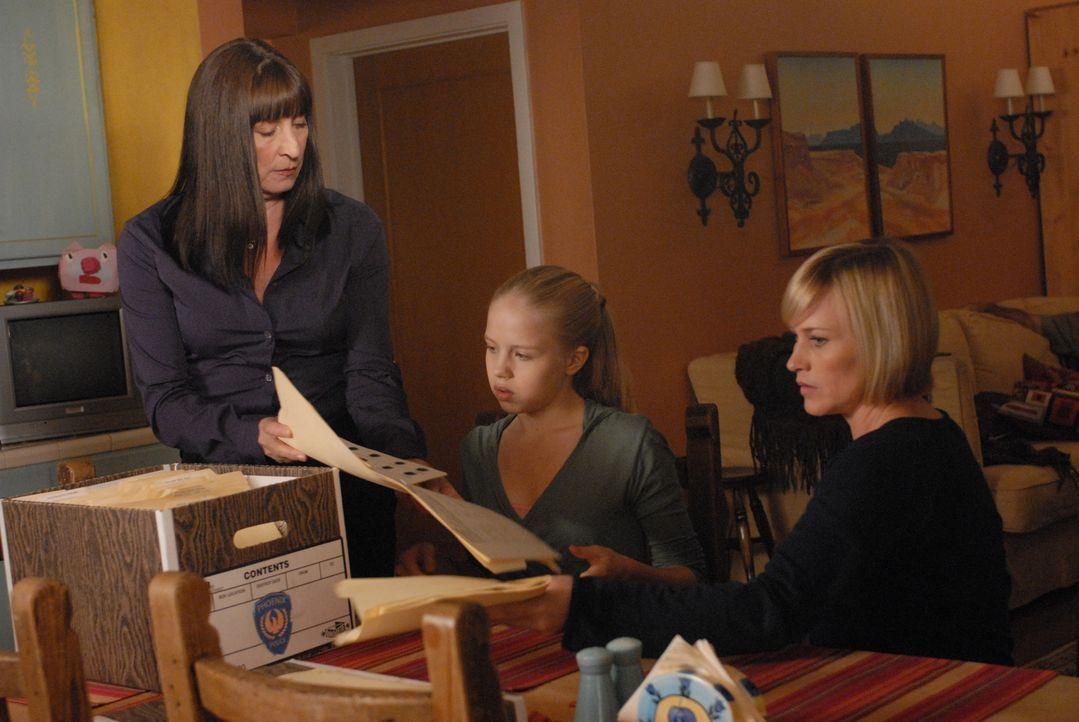 Können Allison (Patricia Arquette, r.) und Ariel (Sofia Vassilieva, M.) Cynthia Keener (Anjelica Huston, l.) bei der Suche nach der vermissten Melan... - Bildquelle: NBC Universal, Inc.