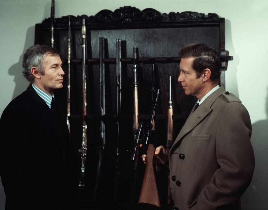 Inspektor Craig (Hansjörg Felmy, r.) durchsucht das Haus des dubiosen Polizeiarztes Dr. Ellis (Günther Stoll, l.) ... - Bildquelle: Constantin Film