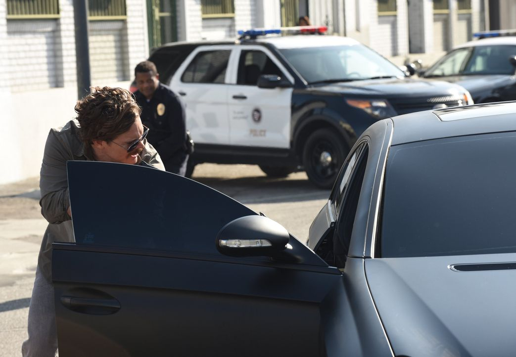 Das Kennzeichen stimmt mit der Zeugenaussage überein, doch als Riggs (Clayne Crawford) die Tür des verdächtigen Autos öffnet, entdeckt er etwas Uner... - Bildquelle: Warner Brothers