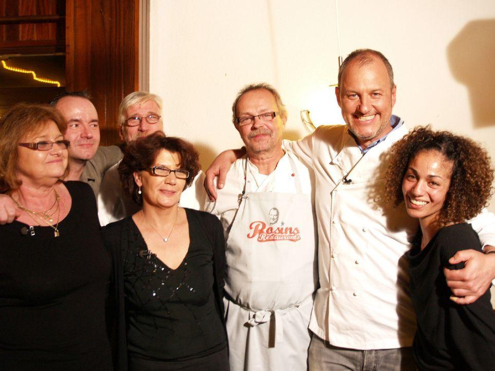 Hoffen auf die Hilfe von Frank Rosin (2.v.r.): Inhaberin Margit (l.), Sohn Markus (2.v.l.), Inhaber Herbert (3.v.l.), Servicekraft Ilona (M.), Koch... - Bildquelle: kabel eins
