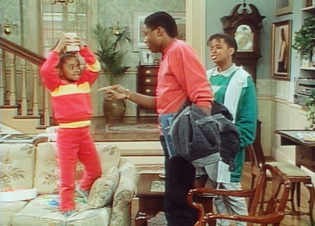 Rudy (Keshia Knight Pulliam, l.) möchte zu gerne wissen, was in dem Päckchen ist, das Theo (Malcolm-Jamal Warner, M.) bekommen hat. - Bildquelle: Viacom