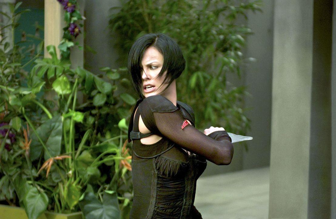 Je näher Aeon Flux (Charlize Theron) ihrem Opfer kommt, desto näher kommt sie auch der Wahrheit, die sich hinter der perfekten Lüge eines perfekt... - Bildquelle: 2004 by PARAMOUNT PICTURES. All Rights Reserved.