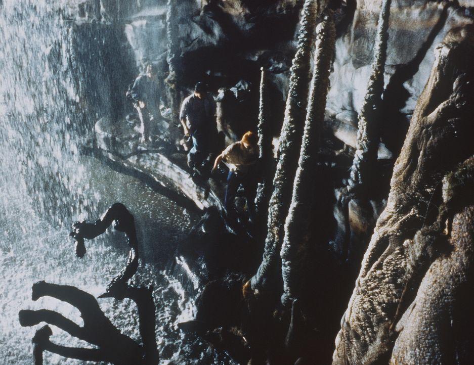 Crystina (Nicola Cowper, r.) und Bryan (Paul Carafotes, l.) müssen auf ihrer Reise ins Innere der Erde nicht nur einmal Kopf und Kragen riskieren ...