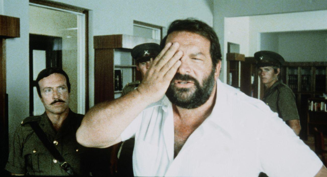 Der schlagkräftige Kommissar Rizzo, genannt 'Plattfuß' (Bud Spencer, M.) jagt in Südafrika eine Rauschgiftschmugglerbande ...